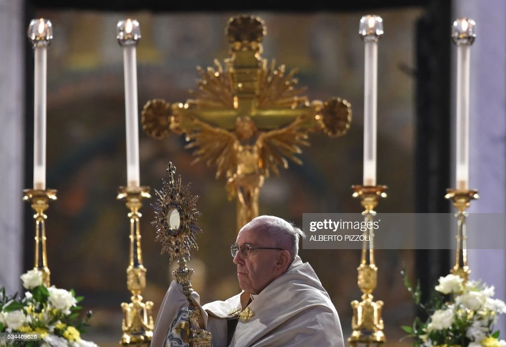 Pope Francis celebrates the Corpus Domini after a procession from St. John at the Lateran Basilica to St. Mary Major Basilica to mark the feast of the Body and Blood of Christ, on May 26, 2016 in Rome. / AFP / ALBERTO