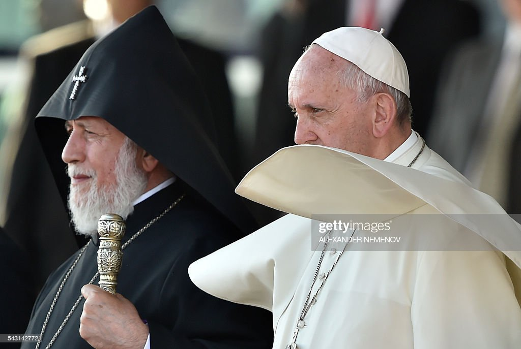 Pope Francis, flanked by Catholicos of All Armenians Karekin II, attends a farewell ceremony at Yerevan's Zvartnots Airport on June 26, 2016. / AFP / ALEXANDER