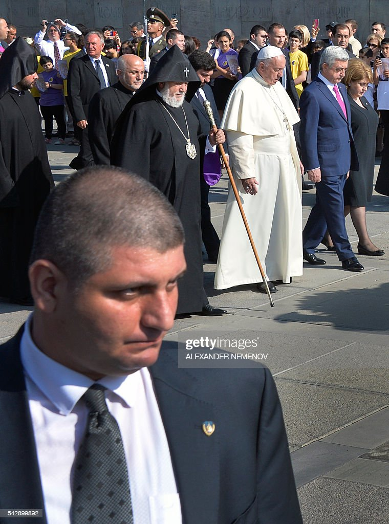 Pope Francis (3rd R), flanked by Catholicos of All Armenians Karekin II (4th R), Armenian President Serzh Sarkisian (2nd R) and his wife Rita, attends a wreath-laying ceremony at the Tsitsernakaberd Armenian Genocide Memorial in Yerevan on June 25, 2016. / AFP / ALEXANDER