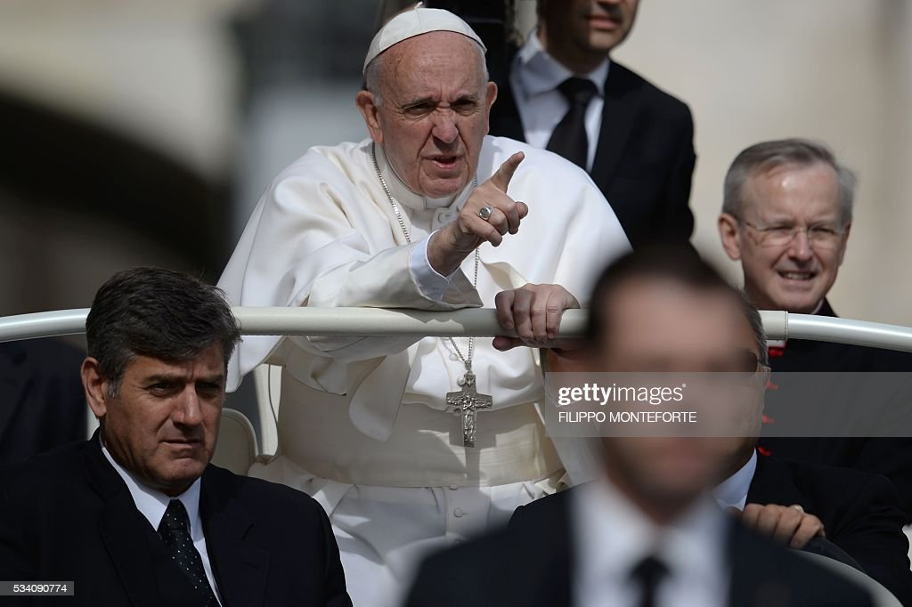 Pope Francis gestures as he arrives for his weekly general audience at St Peter's square on May 25, 2016 in Vatican. / AFP / Filippo MONTEFORTE
