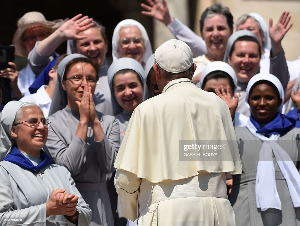 Pope Francis greets a group of nuns during a Jubilee audience at St Peter's square on June 30, 2016 in Vatican. / AFP / GABRIEL