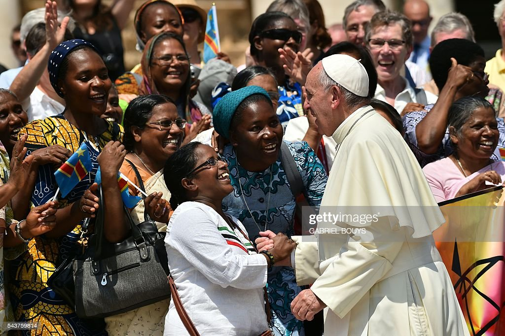 Pope Francis greets a group of women during a Jubilee audience at St Peter's square on June 30, 2016 in Vatican. / AFP / GABRIEL