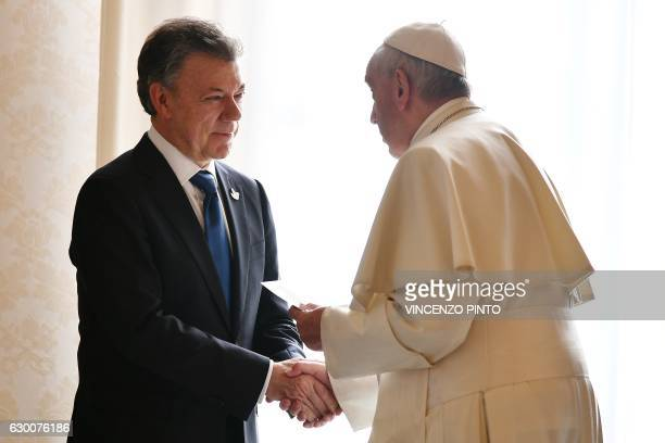 TOPSHOT Pope Francis greets Colombian president Juan Manuel Santos prior to a meeting on December 16 2016 at the Vatican / AFP / POOL / VINCENZO PINTO