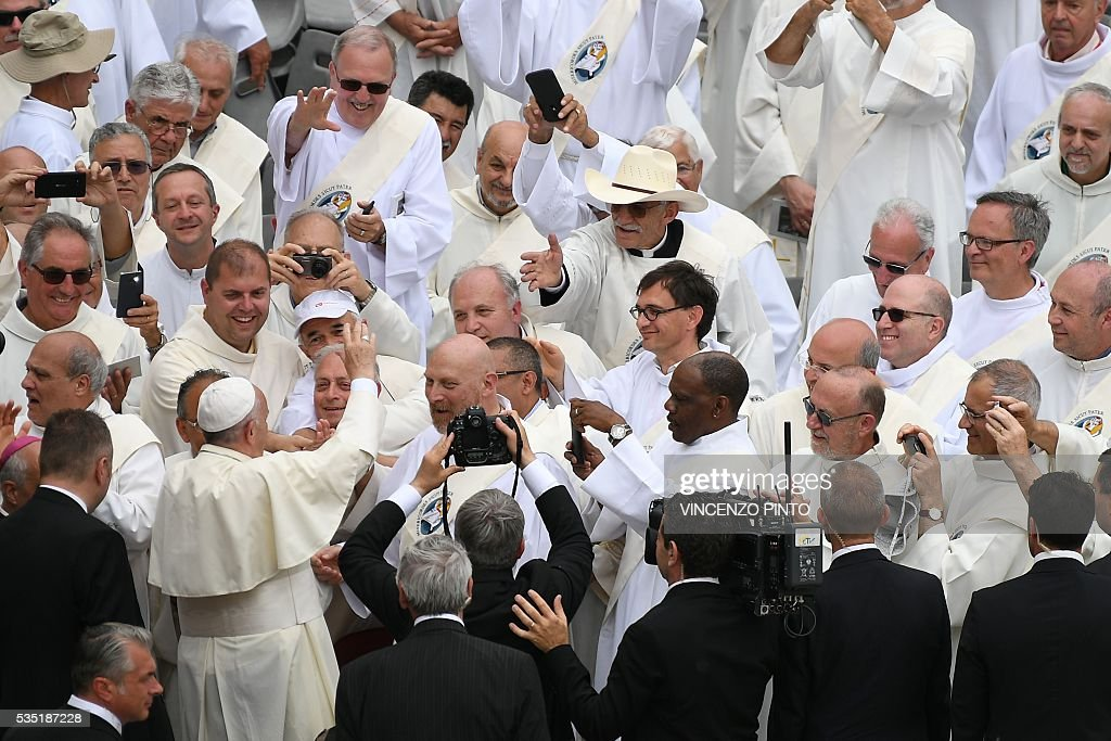 Pope Francis greets deacons at the end of a mass on the occasion of the Jubilee of Deacons, on May 29, 2016 in Vatican. / AFP / VINCENZO