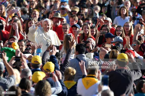 TOPSHOT Pope Francis greets faithful as he arrives for his weekly general audience in St Peter's square on October 11 2017 at the Vatican / AFP PHOTO...