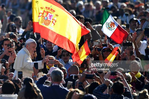 Pope Francis greets faithful during his weekly general audience in St Peter's square on October 11 2017 at the Vatican / AFP PHOTO / Alberto PIZZOLI