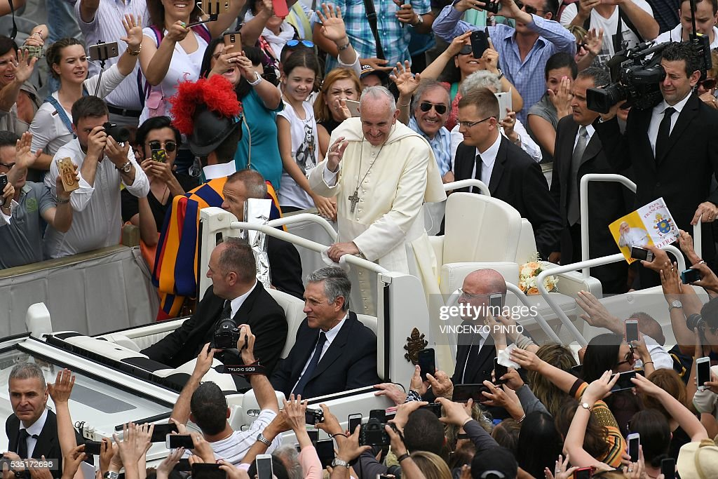 Pope Francis greets people at the end of a mass on the occasion of the Jubilee of Deacons, on May 29, 2016 in Vatican. / AFP / VINCENZO
