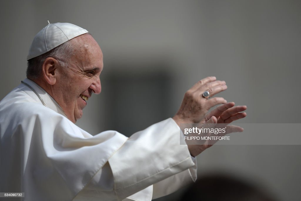 Pope Francis greets the audience as he arrives for his weekly general audience at St Peter's square on May 25, 2016 in Vatican. / AFP / Filippo MONTEFORTE