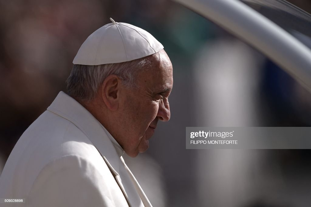 Pope Francis greets the crowd as he arrives for his weekly general audience on February 10, 2016 at St Peter's square in Vatican. / AFP / FILIPPO MONTEFORTE