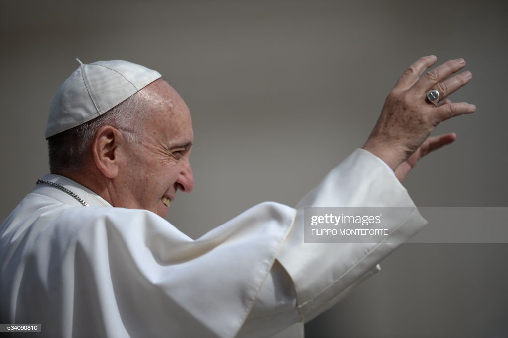 Pope Francis greets the crowd as he arrives for his weekly general audience at St Peter's square on May 25, 2016 in Vatican. / AFP / Filippo MONTEFORTE