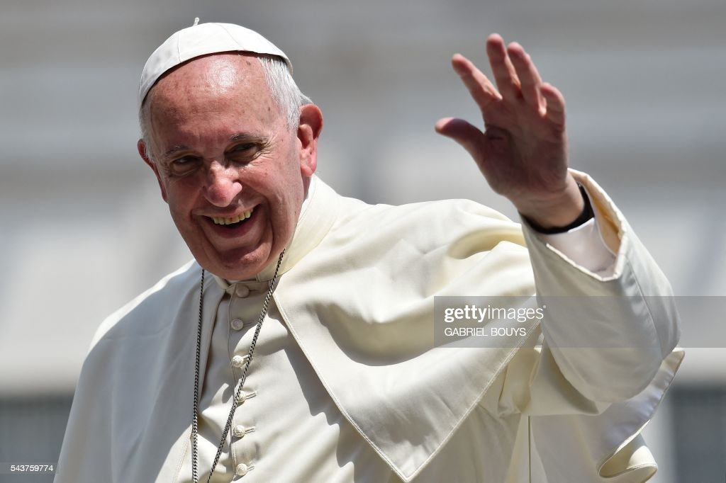 Pope Francis greets the crowd during a Jubilee audience at St Peter's square on June 30, 2016 in Vatican. / AFP / GABRIEL