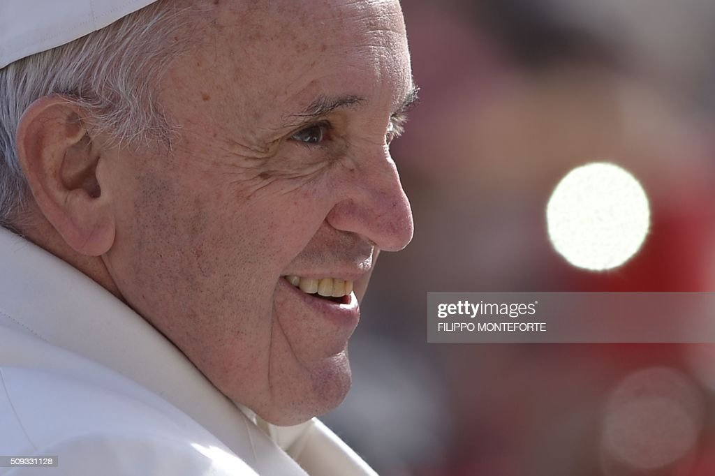 Pope Francis greets the crowd during his weekly general audience on February 10, 2016 at St Peter's square in Vatican. / AFP / FILIPPO MONTEFORTE
