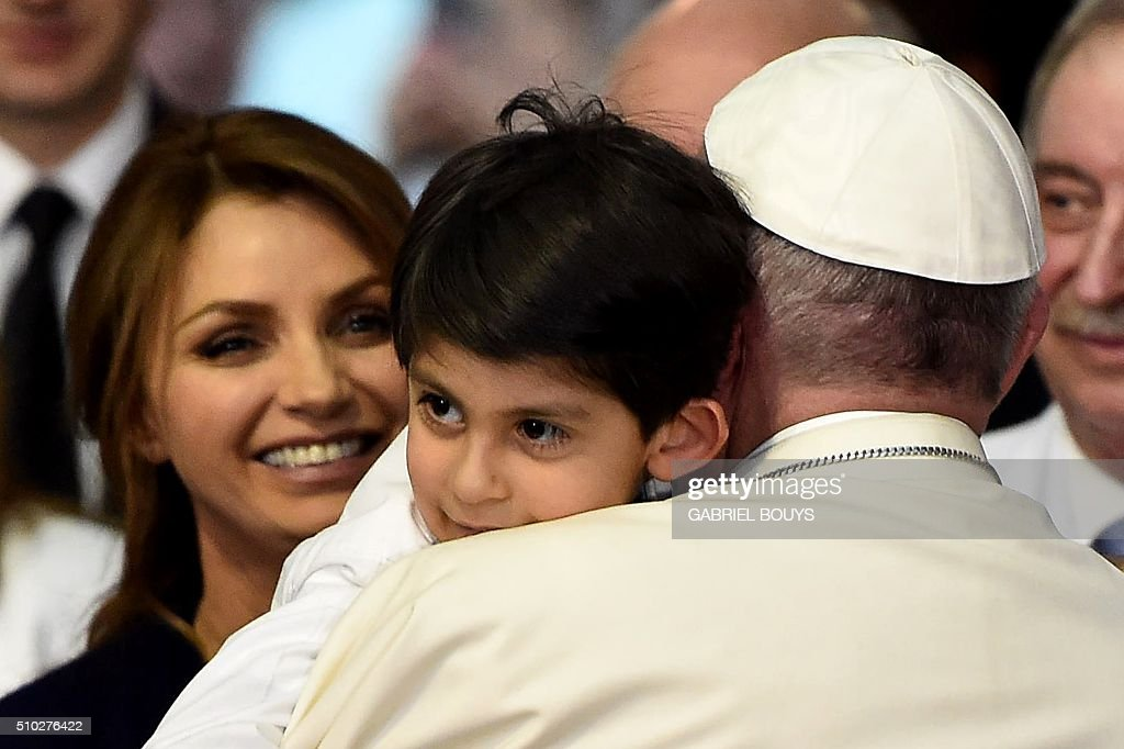 Pope Francis holds a child during his visit to the Federico Gómez children's hospital in Mexico on February 14, 2016. Pope Francis celebrated an open-air mass with 300,000 Catholic faithful in a crime-plagued Mexican city on Sunday, urging them to create a country free of emigration and 'merchants of death.' AFP PHOTO / GABRIEL BOUYS / AFP / GABRIEL BOUYS
