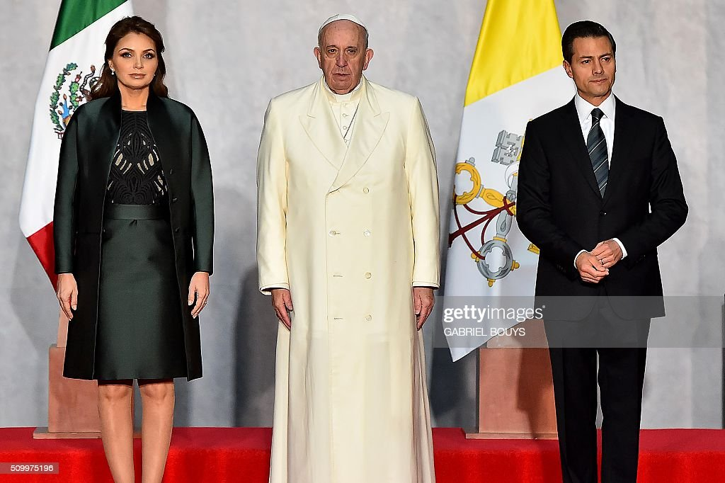 Pope Francis is welcomed by Mexican President Enrique Pena Nieto (L) and his wife Angelica Rivera (L) at the National Palace in Mexico on February 13, 2016. Pope Francis called on Mexico's leaders Saturday to provide 'true justice' and security to citizens hit by drug violence as he addressed politicians at the National Palace. AFP PHOTO / GABRIEL BOUYS / AFP / GABRIEL BOUYS
