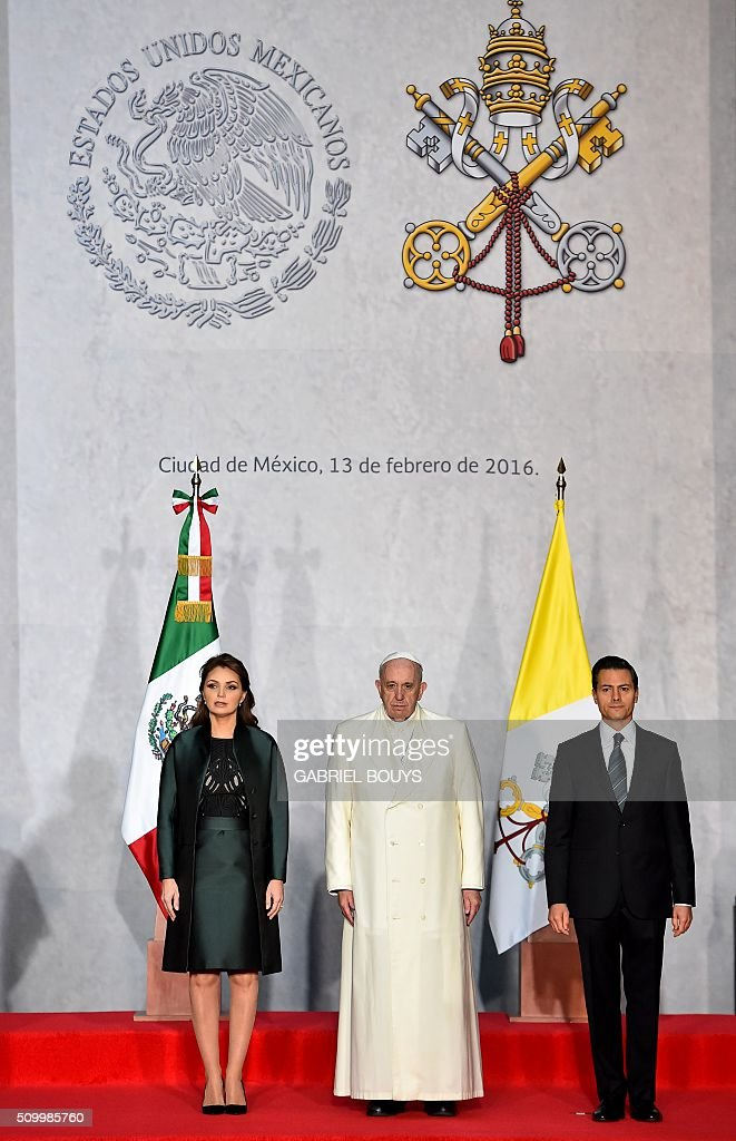 Pope Francis is welcomed by Mexican President Enrique Pena Nieto (R) and his wife Angelica Rivera (L) at the Presidential Palace in Mexico on February 13, 2016. Pope Francis called on Mexico's leaders Saturday to provide 'true justice' and security to citizens hit by drug violence as he addressed politicians at the National Palace. AFP PHOTO / GABRIEL BOUYS / AFP / GABRIEL BOUYS