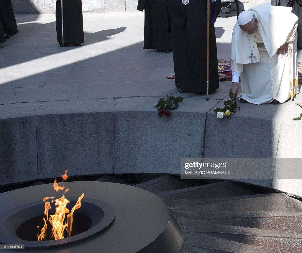 Pope Francis lays flowers in commemoration of Armenians killed by Ottoman forces during World War I at the Tsitsernakaberd Genocide Memorial in Yerevan on June 25, 2016. / AFP / POOL / MAURIZIO