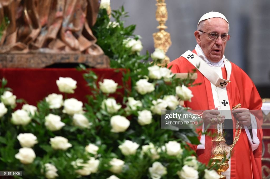 Pope Francis leads a mass for the Solemnity of Saints Peter and Paul on June 29, 2016 at St Peter's basilica. On this occasion Pope Francis blesses the pallium for the new Metropolitan Archbishops. / AFP / ALBERTO