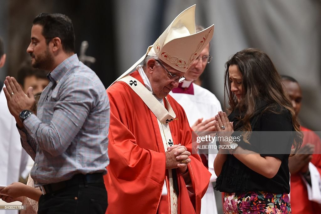 Pope Francis (C) leads a mass on June 29, 2016 at St Peter's basilica. On this occasion Pope Francis blesses the pallium for the new Metropolitan Archbishops. / AFP / ALBERTO
