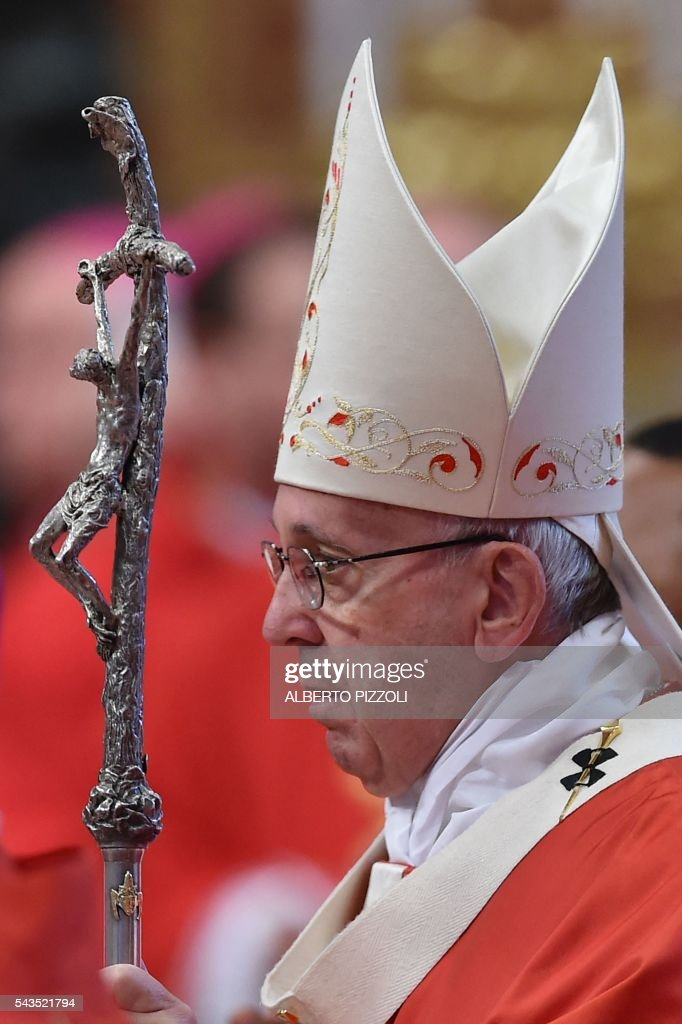 Pope Francis leads a mass on June 29, 2016 at St Peter's basilica. On this occasion Pope Francis blesses the pallium for the new Metropolitan Archbishops. / AFP / ALBERTO