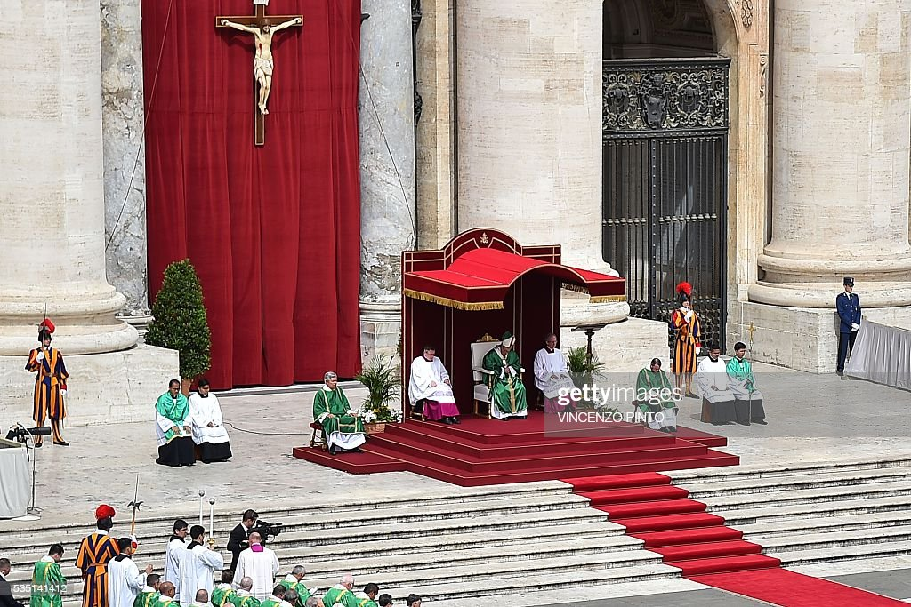 Pope Francis (C) leads a mass on the occasion of the Jubilee of Deacons, on May 29, 2016 in Vatican. / AFP / VINCENZO