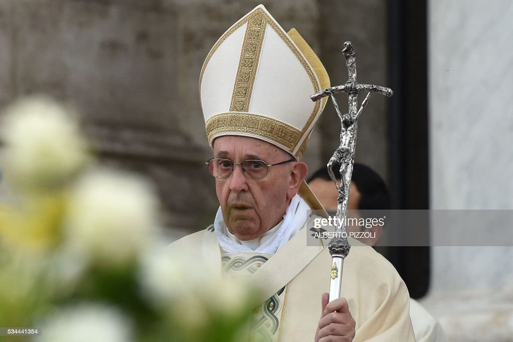 Pope Francis leads a mass prior to the Corpus Domini procession from St. John at the Lateran Basilica to St. Mary Major Basilica to mark the feast of the Body and Blood of Christ, on May 26, 2016 in Rome. / AFP / ALBERTO