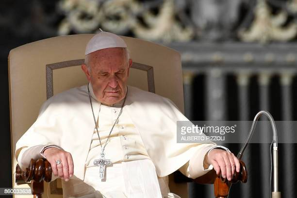 Pope Francis leads his weekly general audience in St Peter's square on October 11 2017 at the Vatican / AFP PHOTO / Alberto PIZZOLI