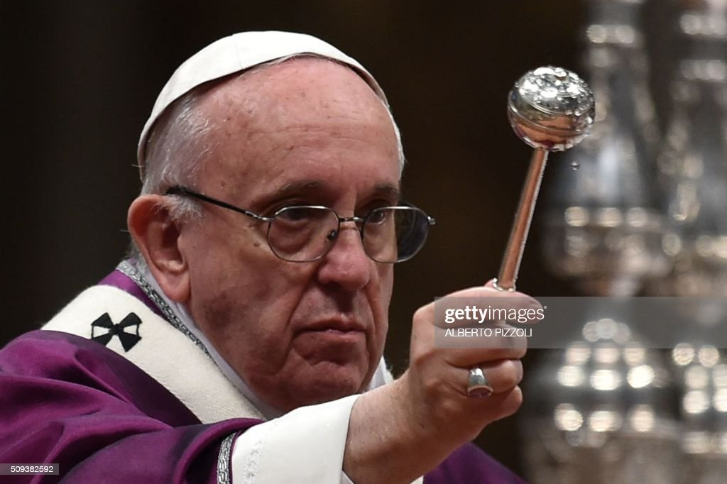 Pope Francis leads the Ash Wednesday mass opening Lent, the forty-day period of abstinence and deprivation for Christians, before Holy Week and Easter, on February 10, 2016 in Vatican. / AFP / ALBERTO PIZZOLI