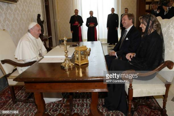 Pope Francis meets with Dutch King WillemAlexander and Queen Maxima during a private audience at the Vatican on June 22 2017 / AFP PHOTO / POOL /...
