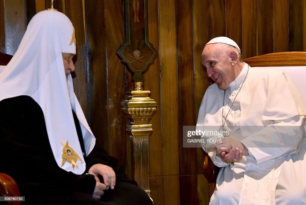 Pope Francis (R) meets with the head of the Russian Orthodox Church, Patriarch Kirill, in Havana on February 12, 2016. The meeting is the first of its kind since an 11th-century schism split Christianity into Western and Eastern branches. AFP PHOTO / GABRIEL BOUYS / AFP / GABRIEL BOUYS