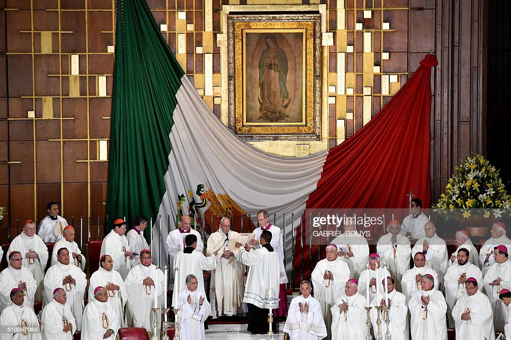 Pope Francis (C) officiates a Holy Mass in the Basilica of Our Lady of Guadalupe in Mexico on February 13, 2016. Pope Francis is in Mexico for a trip encompassing two of the defining themes of his papacy: bridge-building diplomacy and his concern for migrants seeking a better life. AFP PHOTO / GABRIEL BOUYS / AFP / GABRIEL BOUYS
