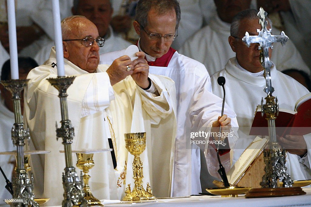 Pope Francis (L) officiates an open-air mass at the Guadalupe Basilica in Mexico City on February 13, 2016. The pope urged Mexican bishops Saturday to take on drug trafficking with 'prophetic courage,' warning that it represents a moral challenge to society and the church. AFP PHOTO / Pedro PARDO / AFP / Pedro PARDO