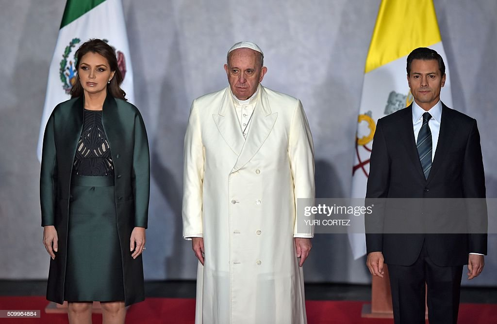 Pope Francis (c) poses flanked by Mexican President Enrique Pena NIeto (R) and his wife Angelica Rivera, at the National Palace, in Mexico City on February 13, 2016. Francis is the first pope to enter Mexico's National Palace, as he starts a cross-country tour that will highlight the country's violence and migration troubles. AFP PHOTO / YURI CORTEZ / AFP / YURI CORTEZ