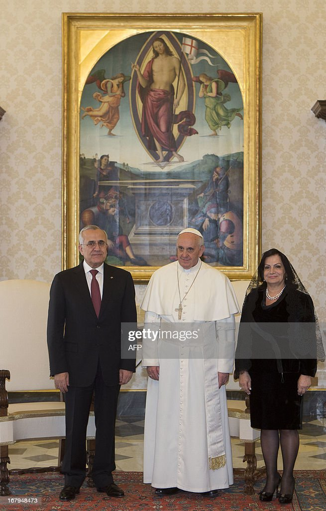 Pope Francis (C) poses Lebanese President Michel Suleiman (L) and lebanon's first lady Wafaa during a private audience in the pontiff's library at the Vatican on May 3, 2013.