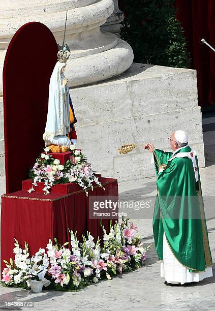 Pope Francis prays in front of the original statue of Our Lady of Fatima during the mass on the occasion of the Marian Day on October 13 2013 in...