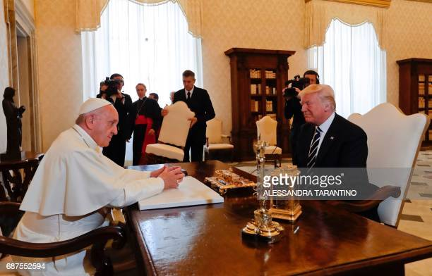 Pope Francis speaks with US President Donald Trump during a private audience at the Vatican on May 24 2017 / AFP PHOTO / POOL / Alessandra Tarantino