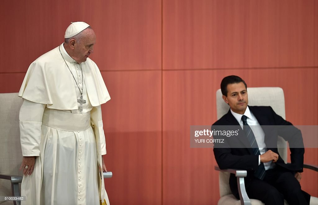 Pope Francis (L) stares at Mexico's President Enrique Pena Nieto before delivering his message at the National Palace on February 13, 2016 in Mexico City. Pope Francis called on Mexico's leaders Saturday to provide 'true justice' and security to citizens hit by drug violence as he addressed politicians at the National Palace. AFP PHOTO/ Yuri CORTEZ / AFP / YURI CORTEZ