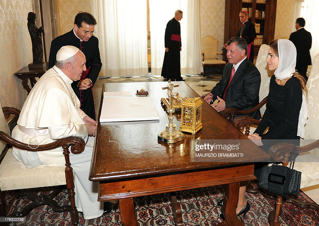Pope Francis (L) talks with King of Jordan Abdullah II Ibn Hussein and his wife Rania (R) during a private audience on August 29, 2013 at the Vatican. AFP PHOTO /POOL/ MAURIZIO BRAMBATTI