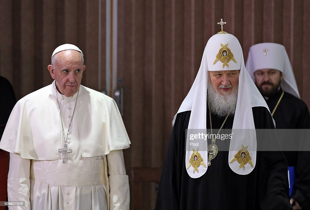 Pope Francis (L), the head of the Russian Orthodox Church, Patriarch Kirill are seen during a historic meeting in Havana on February 12, 2016. Pope Francis and Russian Orthodox Patriarch Kirill kissed each other and sat down together Friday at Havana airport for the first meeting between their two branches of the church in nearly a thousand years. AFP PHOTO / POOL - Alejandro Ernesto / AFP / POOL / ALEJANDRO ERNESTO