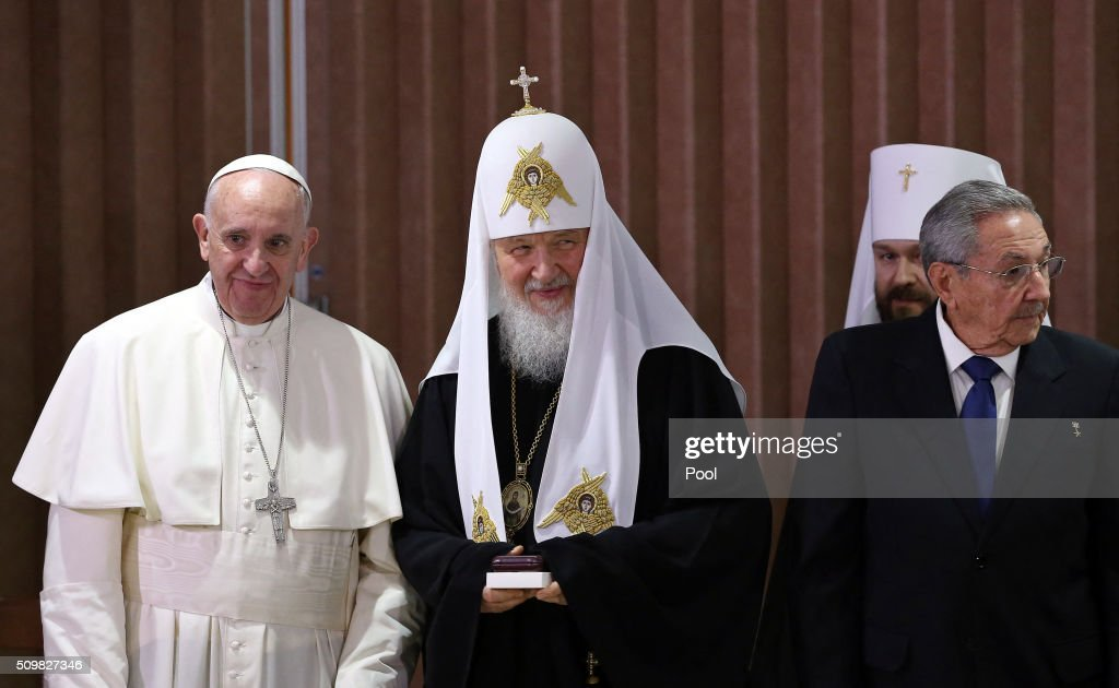 Pope Francis (L), the head of the Russian Orthodox Church, Patriarch Kirill (C) and Cuban President Raul Castro (R) are seen during a historic meeting in Havana on February 12, 2016. Pope Francis and Russian Orthodox Patriarch Kirill kissed each other and sat down together Friday at Havana airport for the first meeting between their two branches of the church in nearly a thousand years. AFP PHOTO / POOL - Alejandro Ernesto / AFP / POOL / ALEJANDRO ERNESTO