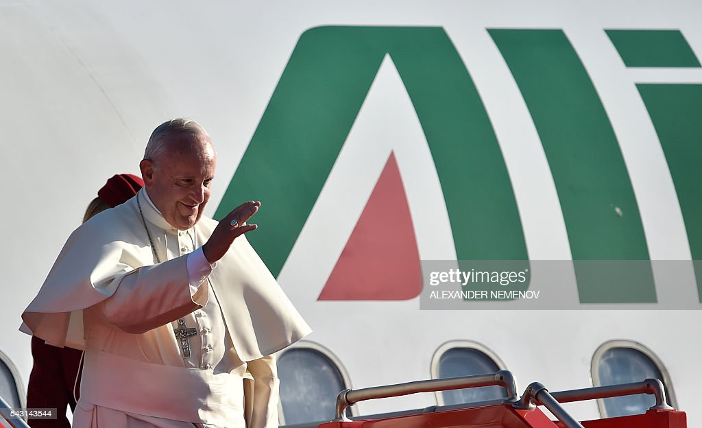 Pope Francis waves as he boards a plane for Rome at Yerevan's Zvartnots Airport on June 26, 2016. / AFP / ALEXANDER