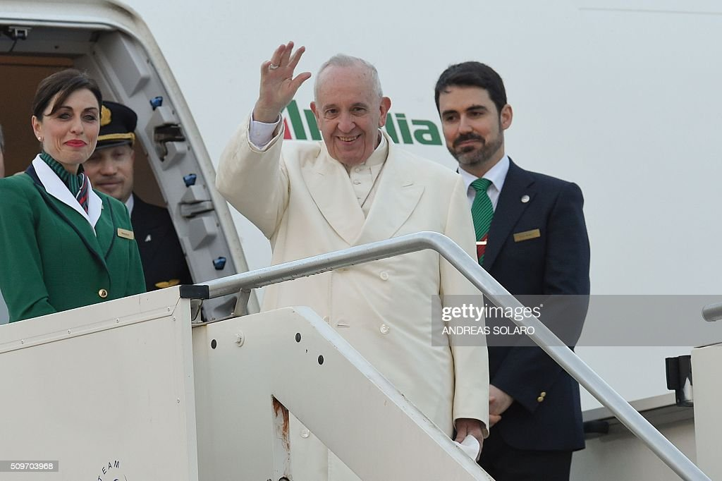 Pope Francis waves as he boards a plane to Cuba for a historic meeting with Russian Patriarch Kirill before his trip to Mexico for a five-day visit, on February 12, 2016 at Fiumicino airport, near Rome. / AFP / ANDREAS SOLARO