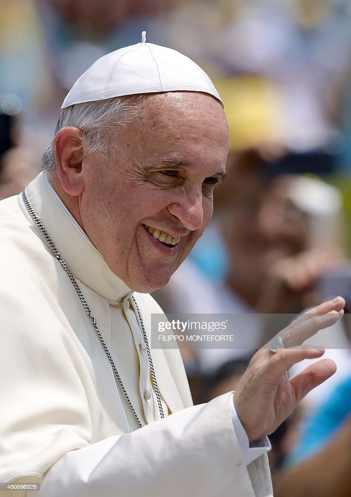 Pope Francis waves as he leaves St. Peter's Square at the Vatican after an audience with Catholic volunteers of the Confederazione nazionale delle Misericordie D'Italia (National Confederation of Mercy of Italy) on June 14, 2014. AFP PHOTO / Filippo MONTEFORTE