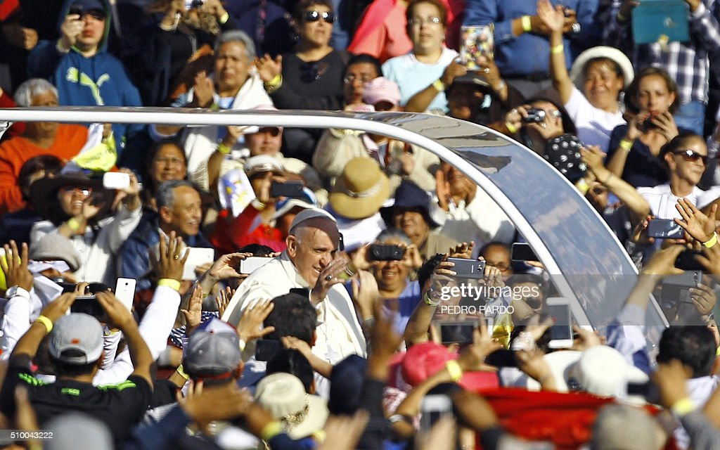 Pope Francis (C) waves at the crowd from the popemobile on his way to the Guadalupe Basilica in Mexico City on February 13, 2016. Pope Francis urged Mexican bishops Saturday to take on drug trafficking with 'prophetic courage,' warning that it represents a moral challenge to society and the church. AFP PHOTO / Pedro PARDO / AFP / Pedro PARDO