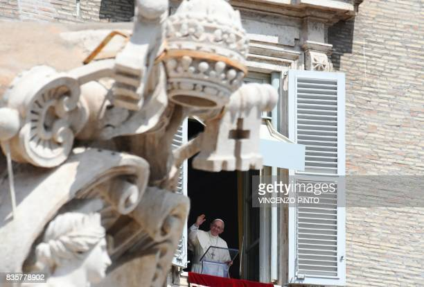 Pope Francis waves to pilgrims gathered in St Peter's square during his Sunday Angelus prayer on August 20 2017 at the Vatican / AFP PHOTO / Vincenzo...