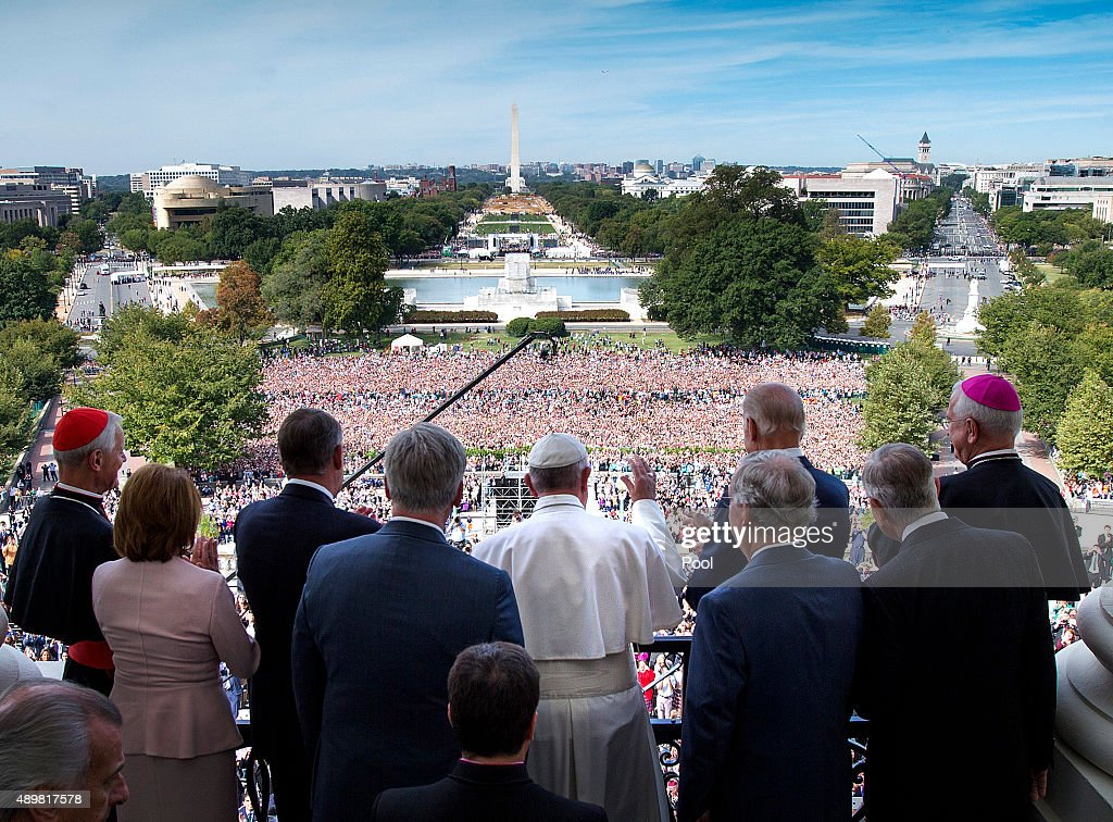 Pope Francis waves to the crowd from the Speakers Balcony at the US Capitol September 24 2015 in Washington DC Pope Francis will be the first Pope to...