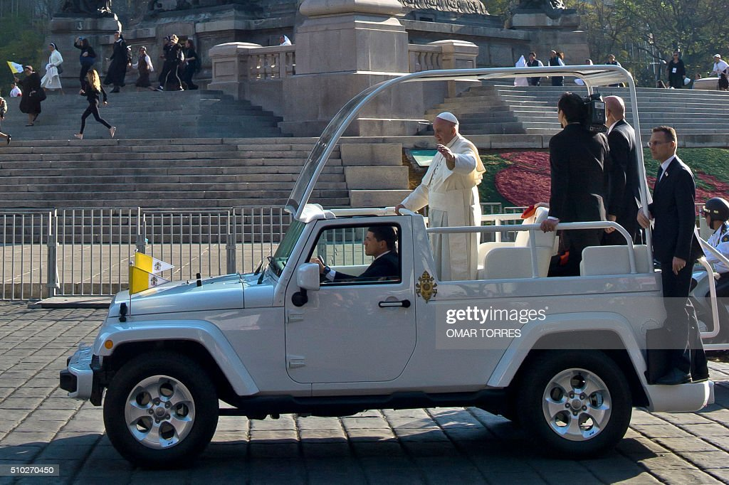 Pope Francis waves to the faithful on his way to the Federico Gomez Children's Hospital in Mexico City on February 14, 2016. The pope has chosen to visit some of Mexico's most troubled regions during his five-day trip to the world's second most populous Catholic country. AFP PHOTO /OMAR TORRES / AFP / OMAR TORRES