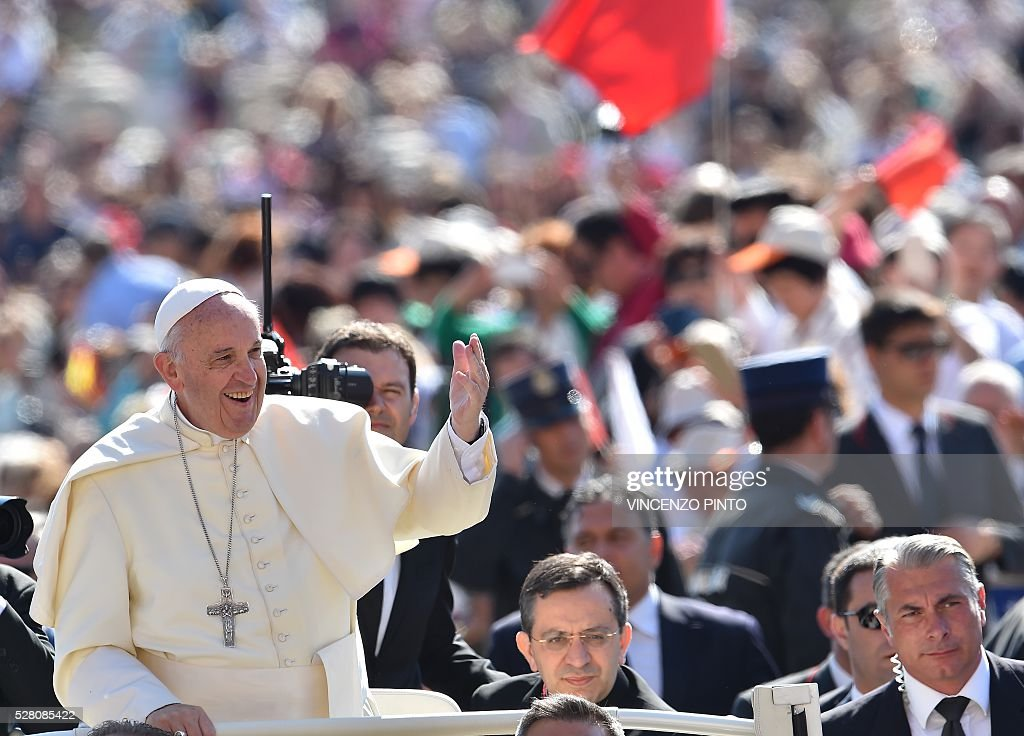 Pope Francis waves upon his arrival at St. Peter's square in the Vatican for his weekly general audience on May 4, 2016. / AFP / VINCENZO