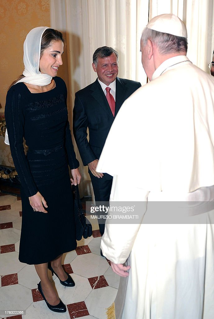 Pope Francis welcomes King of Jordan Abdullah II Ibn Hussein (C) and his wife Rania (L) during a private audience on August 29, 2013 at the Vatican. AFP PHOTO /POOL/ MAURIZIO BRAMBATTI