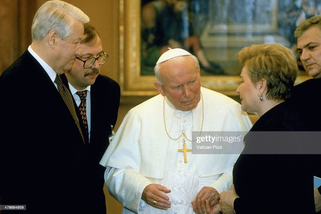 <a gi-track='captionPersonalityLinkClicked' href=/galleries/search?phrase=Pope+John+Paul+II&family=editorial&specificpeople=92369 ng-click='$event.stopPropagation()'>Pope John Paul II</a> meets Soviet leader <a gi-track='captionPersonalityLinkClicked' href=/galleries/search?phrase=Boris+Yeltsin&family=editorial&specificpeople=93169 ng-click='$event.stopPropagation()'>Boris Yeltsin</a> and his wife Naina at his private library in the Apostolic Palace on February 10, 1998 in Vatican City, Vatican.