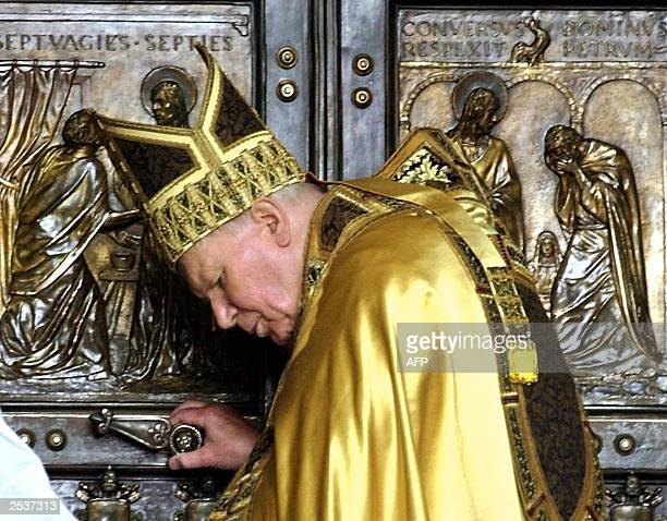 Pope John Paul II pauses moments before closing the holy door of Saint Peter's Basilica 06 January 2001 to symbolically wind up the Jubilee 2000...